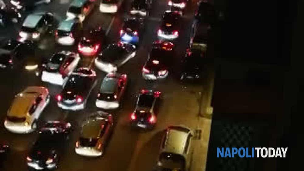 Il coronavirus non ferma la movida, caos traffico a Mergellina